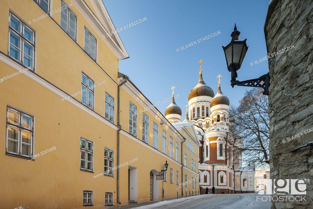 Imagen: Winter morning in Tallinn old town, Estonia. Alexander Nevsky orthodox church in the distance.