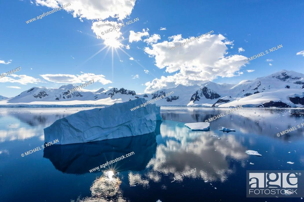 Imagen: Snow-capped mountains in the Errera Channel on the western side of the Antarctic Peninsula, Southern Ocean.