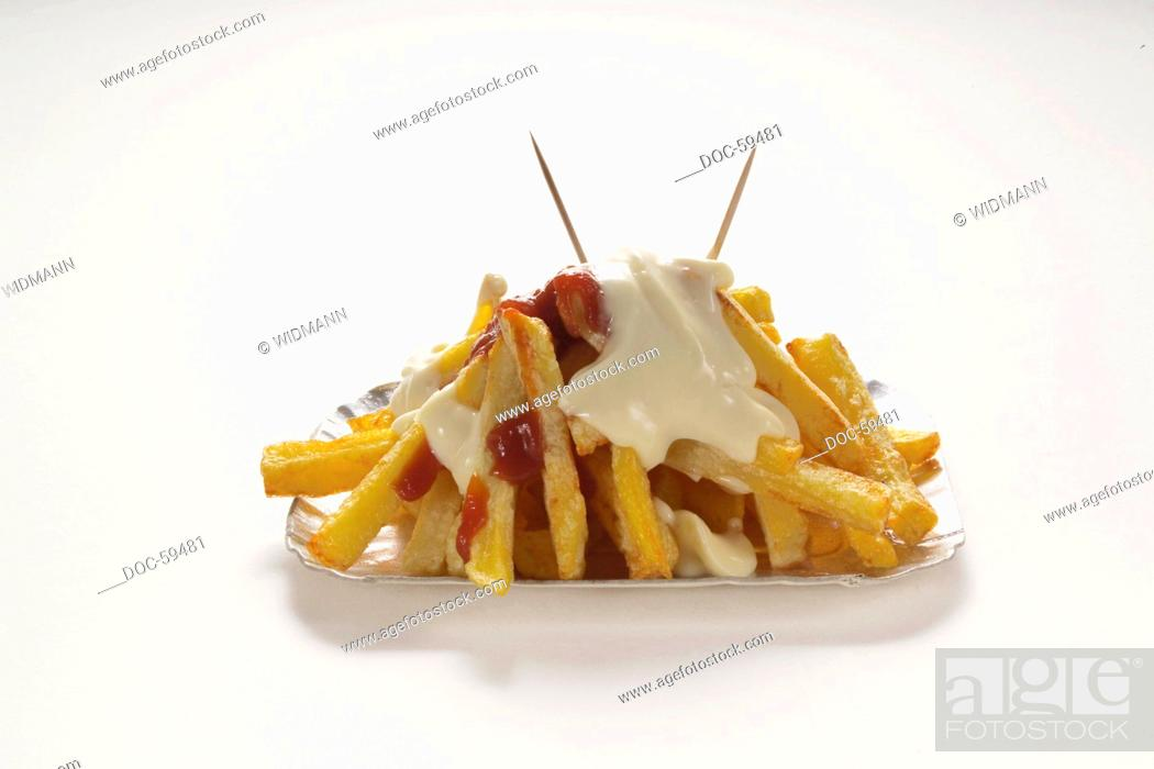 Imagen: Drop out on white subsoil - a bowl with chips, ketchup and mayonnaise.