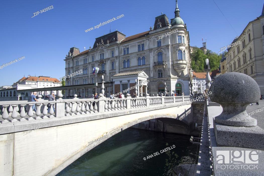Imagen: Ljubljana Slovenia on April 21, 2019: Cityscape the triple bridge.