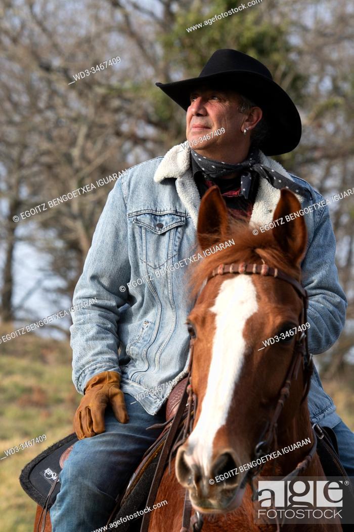 Imagen: Close-up frame of a veteran cowboy man riding his arabian horse.