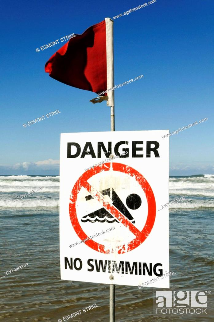 Imagen: danger, no swimming sign, Beach at Surfers Paradise, Gold Coast, Queensland, Australia.