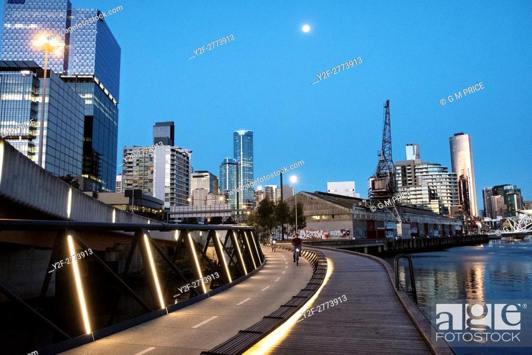 Imagen: Cyclists on Jim Stynes Bridge, with Melbourne skyline.