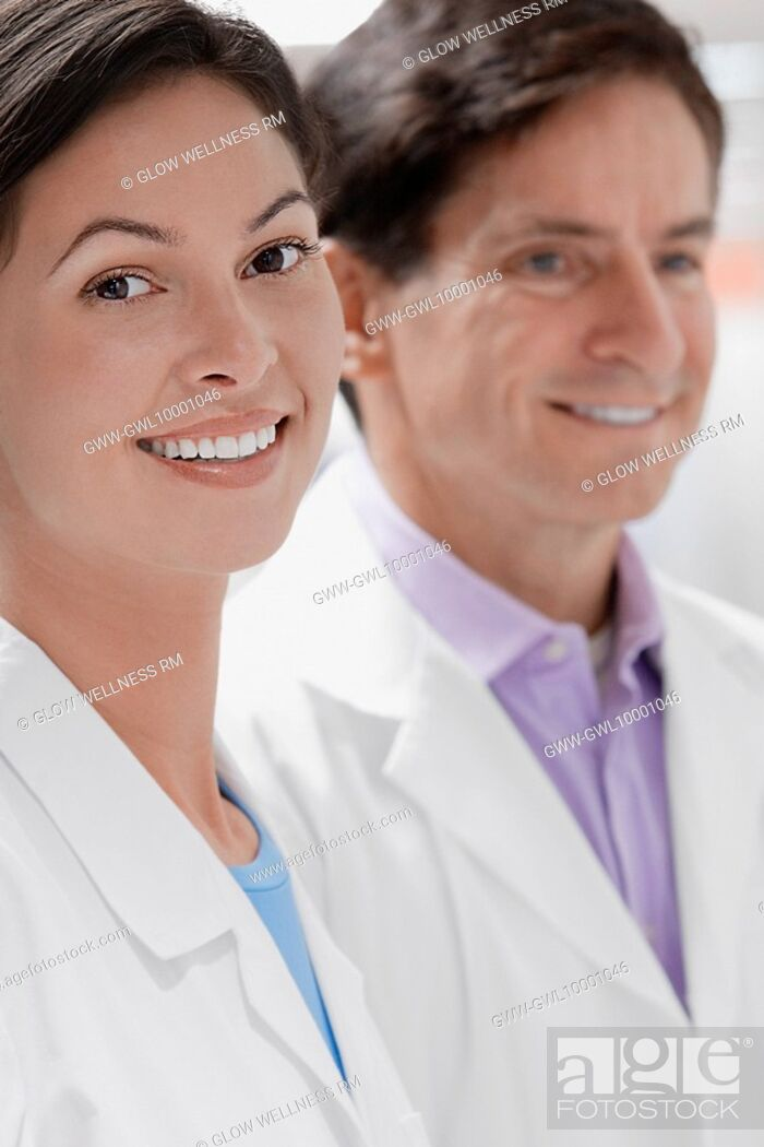 Imagen: Close-up of two doctors smiling in a laboratory.