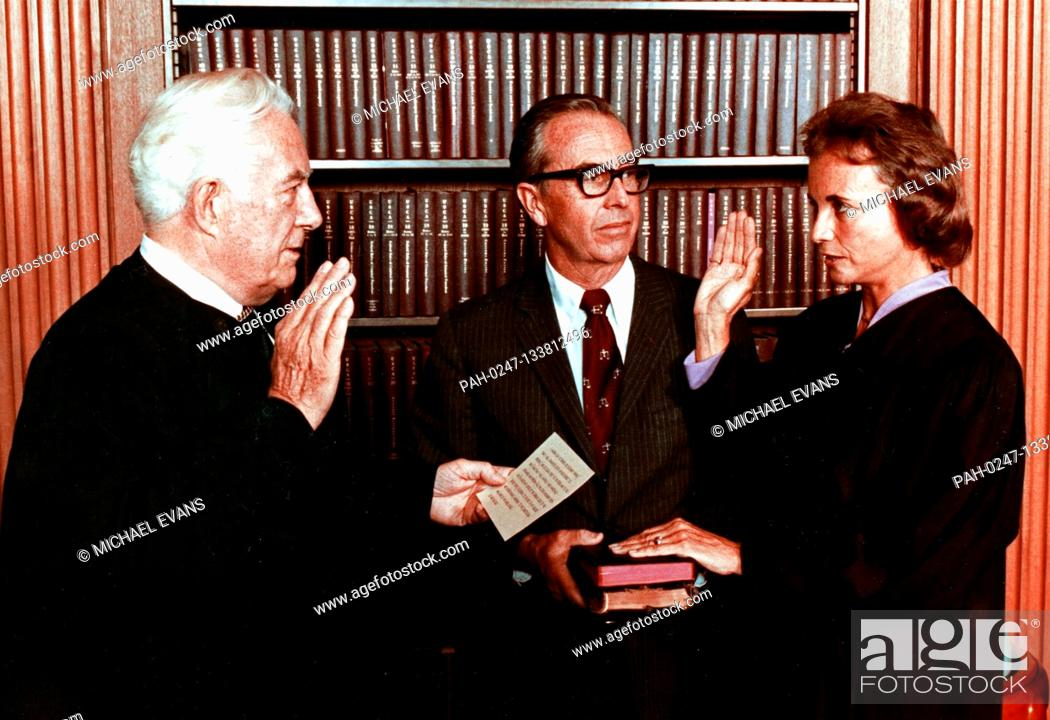 Imagen: Sandra Day O'Connor, right, is sworn-in as Associate Justice of the United States Supreme Court by Chief Justice of the United States Warren Burger, left.