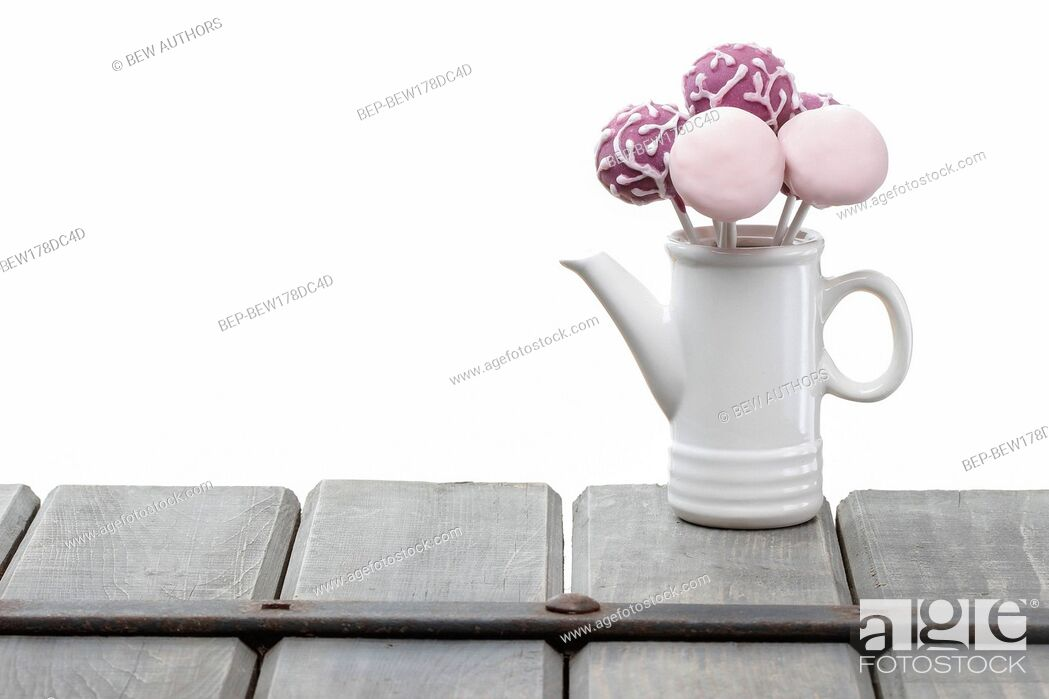 Imagen: Cake pops isolated on white background. Copy space.