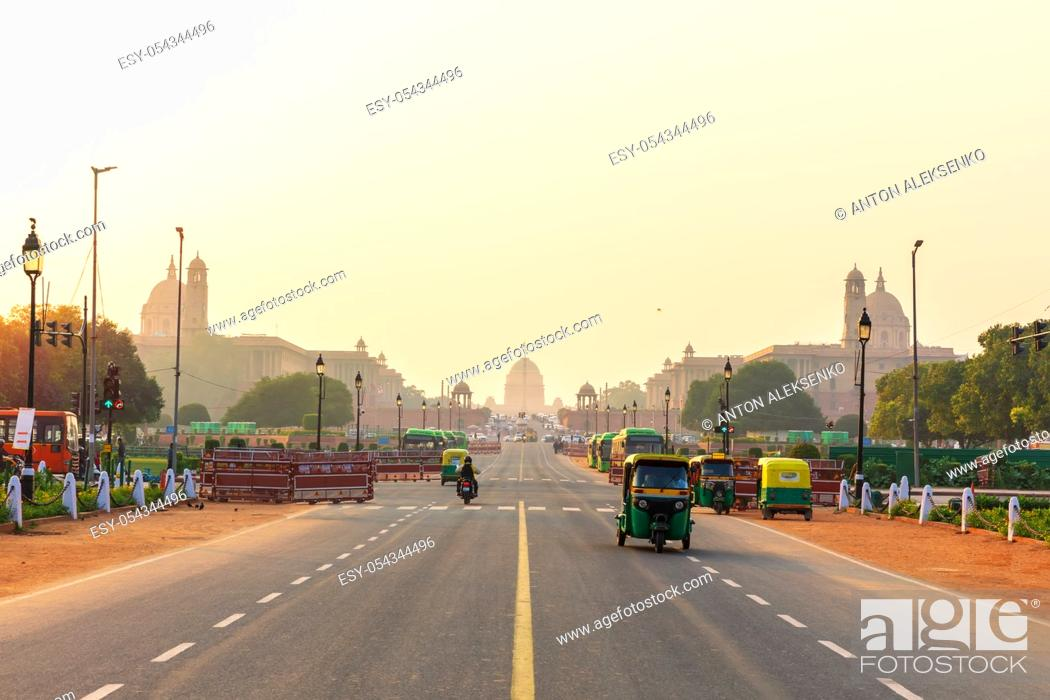 Stock Photo: Sunset traffic in New Delhi, tuc tuc cars on the road to the Presidential Residance.
