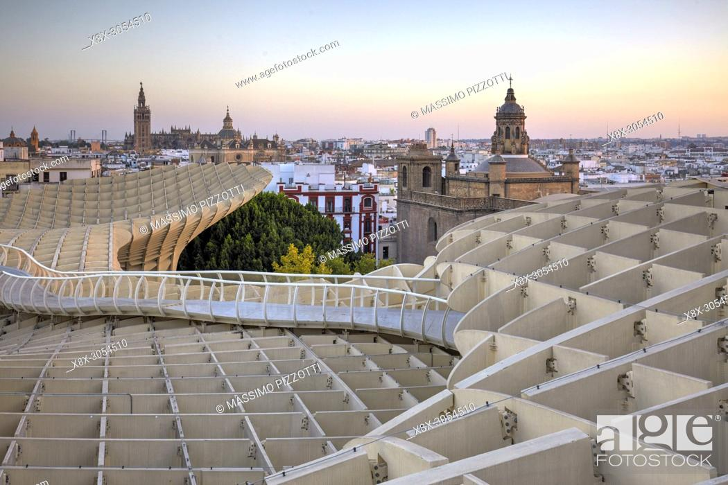 Imagen: The terrace of the wooden structure of the Metropol Parasol in Seville, Spain.