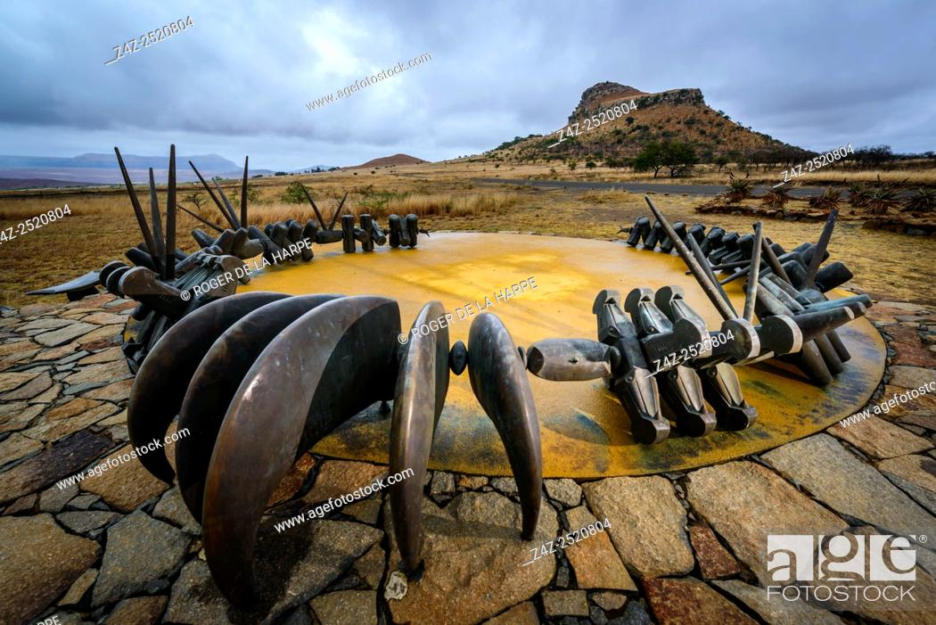 Imagen: The Monument to the fallen Zulu Warriors at Isandlwana Battlefield. KwaZulu Natal Midlands. South Africa. The monument is in the form of a large bronze iziqu.