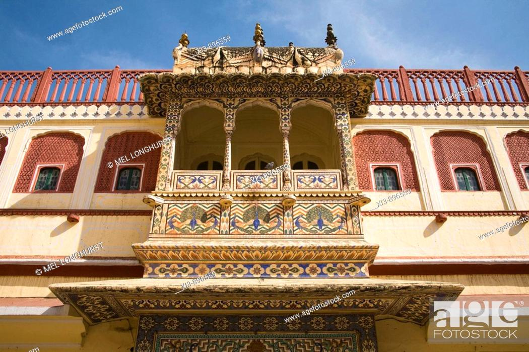 Imagen: Balcony decorated with peacock paintings, Pritam Niwas Chowk, City Palace, Jaipur, Rajasthan, India.