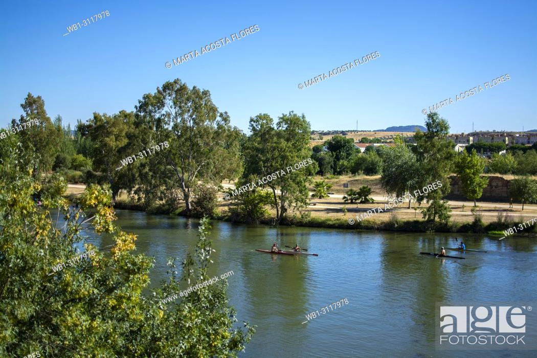 Imagen: People practising canoeing in River Guadiana in a summer day. Merida, Extremadura, South of Spain.