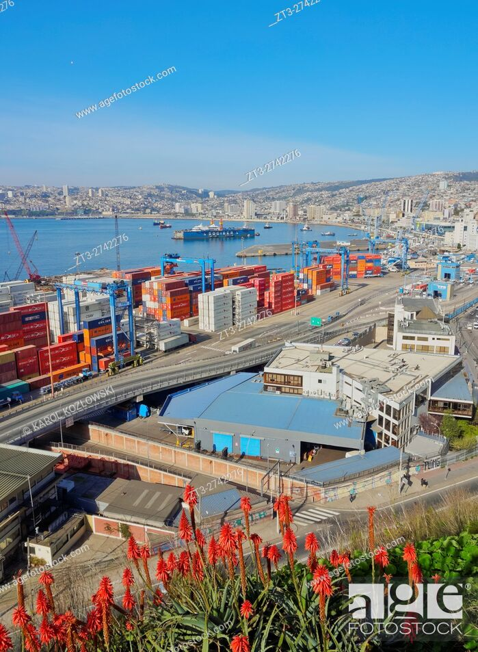 Imagen: Chile, Valparaiso, Elevated view of the harbour from the Artilleria Hill.
