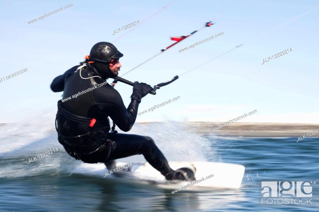 Imagen: Man kitesurfing near Homer, South-central Alaska; Alaska, United States of America.