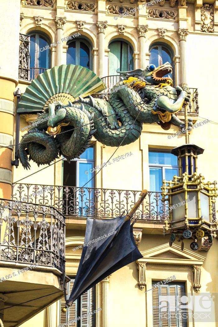 Imagen: Detail of Casa Bruno Cuadros or Casa dels Paraigues in Barcelona. This picturesque nineteenth century building is one of the attractions of La Rambla.