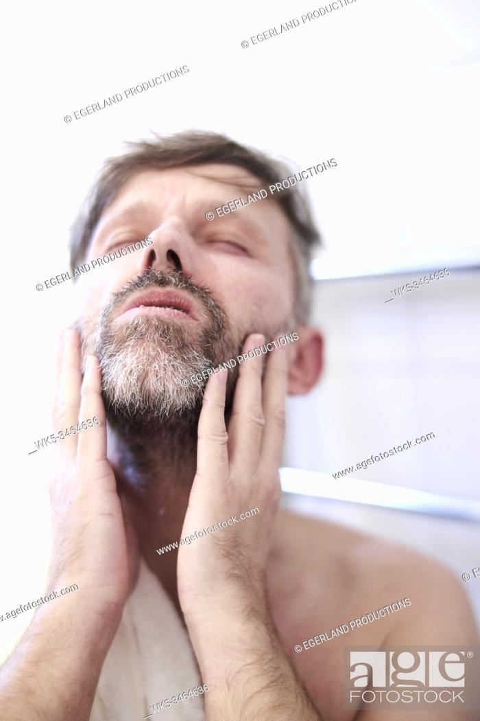 Imagen: Man with hands on face, close-up.