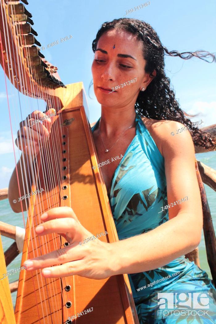 Imagen: Women playing harp, Caribean Sea.