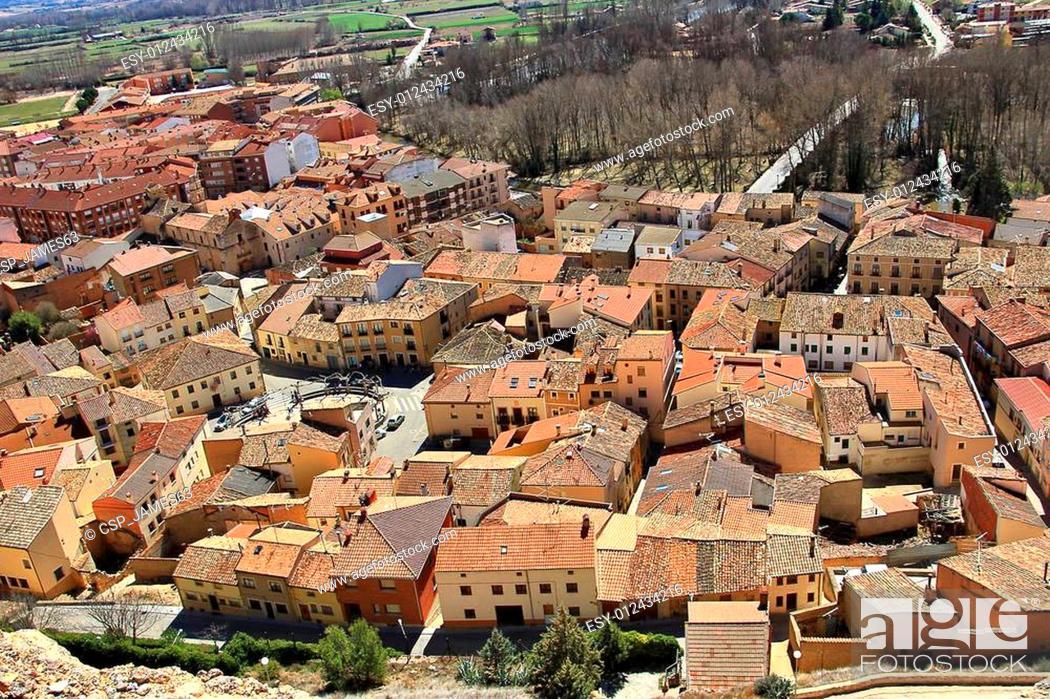Imagen: Aerial view of the town of San Esteban de Gormaz in Spain.