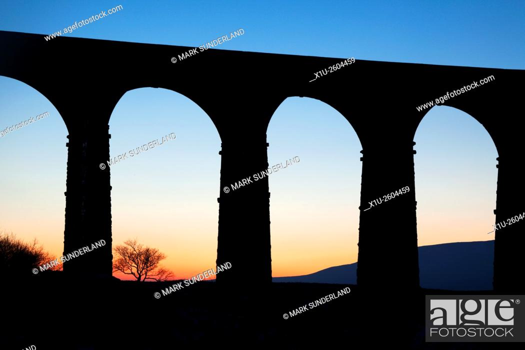 Imagen: Arches of the Ribblehead Viaduct at Dusk Ribblehead Yorkshire Dales England.
