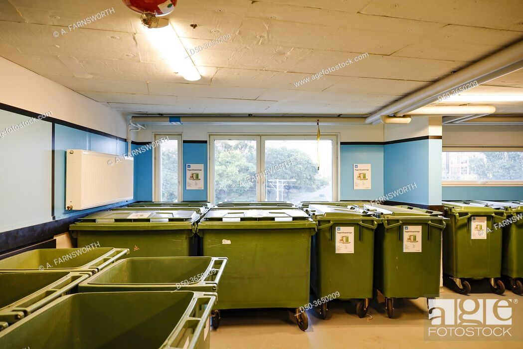 Imagen: Stockholm, Sweden A garbage room in a residential apartment building with bins for different types of garbage.