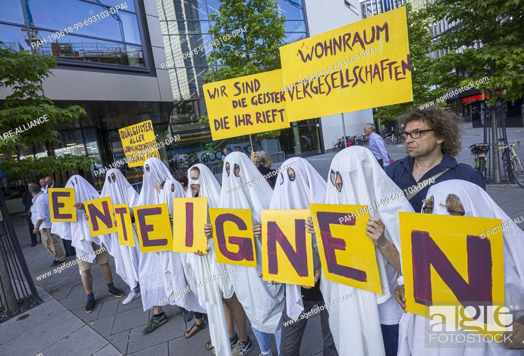 Imagen: dpatop - 18 June 2019, Hessen, Frankfurt/Main: Demonstrators disguised as ghosts stand in front of the entrance to the Annual General Meeting of the real estate.