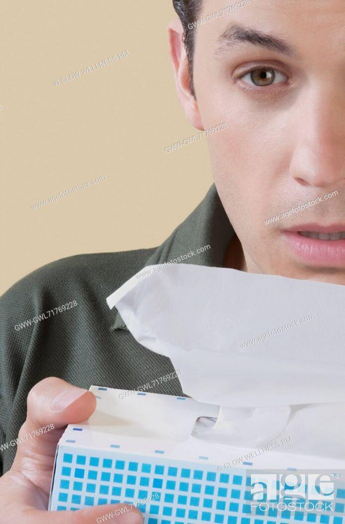 Imagen: Man holding a tissue paper box.