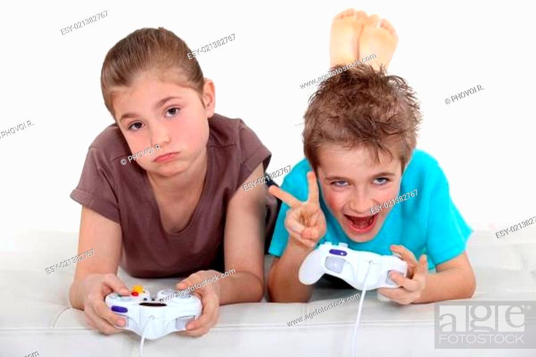 Imagen: Children playing computer games.