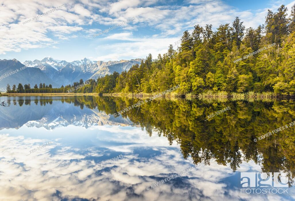 Imagen: View of Mount Cook and Mount Tasman from Lake Matheson, Westland National Park, South Island, New Zealand.