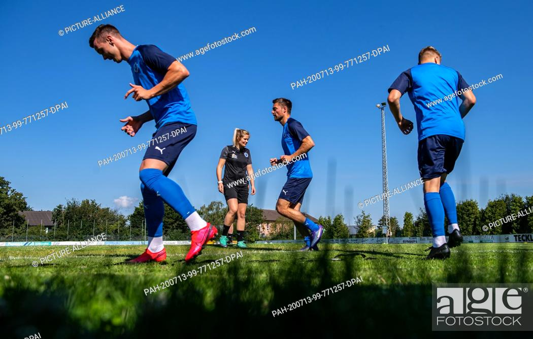 Imagen: 13 July 2020, North Rhine-Westphalia, Lotte: Soccer, Regionalliga - West: Imke Wübbenhorst (2nd from left), coach of Sportfreunde Lotte watches her players.