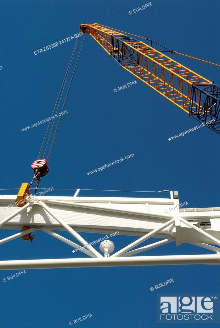 Imagen: Crane lifting roof truss on to Centre Court, All England Lawn Tennis Club, Wimbledon, London, UK, 2008.