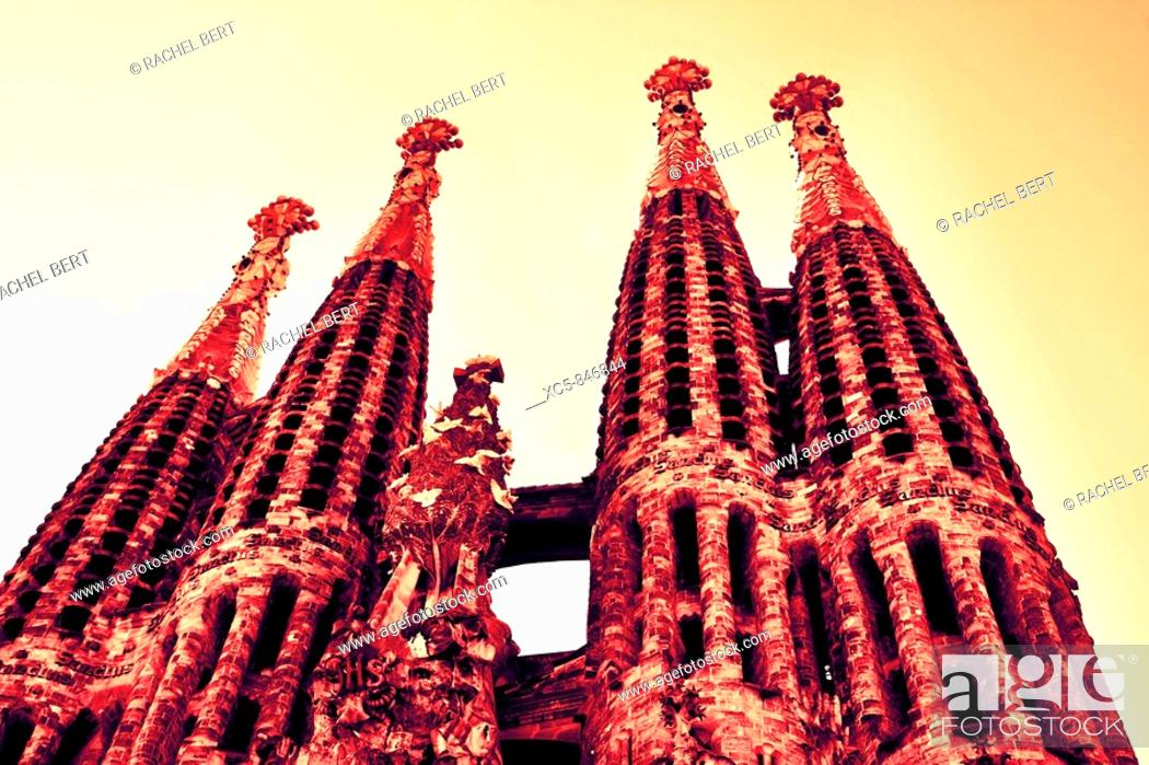 Imagen: Bell Towers Sagrada Familia, Antoni Gaudi, Barcelona, Catalonia, Spain.