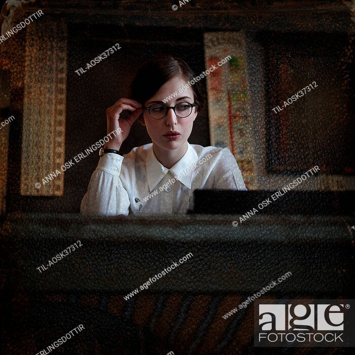 Imagen: Young woman wearing white blouse and glasses with sophisticated appearance.