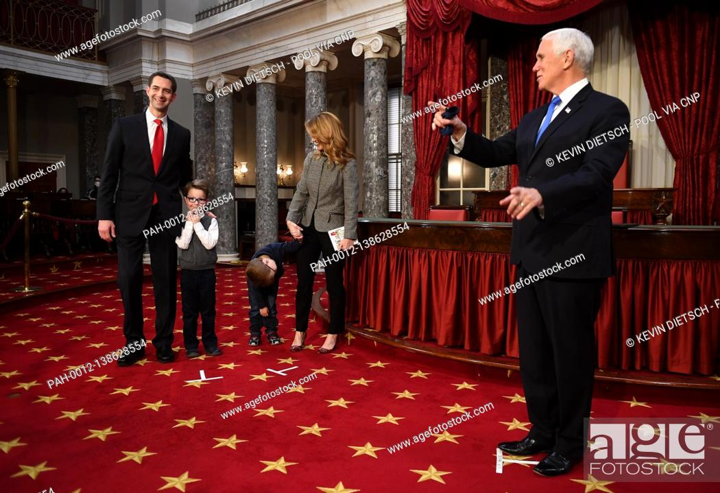 Imagen: United States Senator Tom Cotton (Republican of Arkansas) stands with his wife Anna Peckham and their two sons Gabriel and Daniel as he participates in a mock.