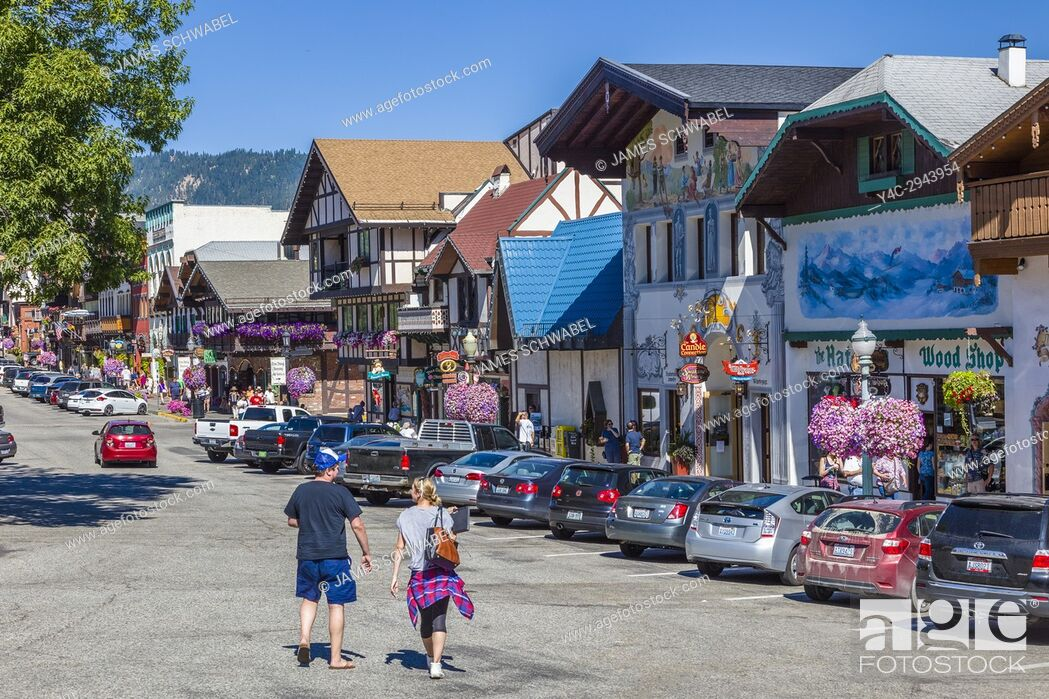 Imagen: Front Street in Leavenworth a Bavarian-styled village in the Cascade Mountains in central Washington State in Chelan County, Washington, United States.
