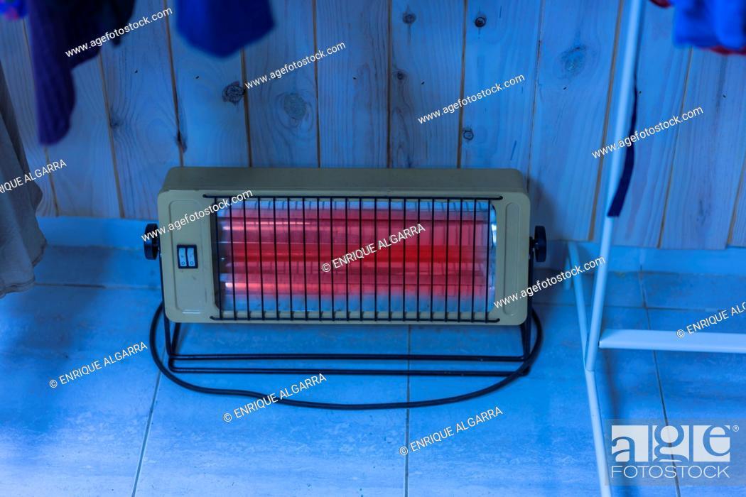 Imagen: electric heater in a shop, Valencia, Spain.