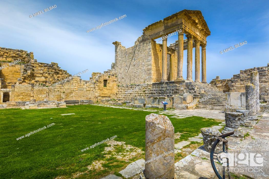 Imagen: The Capitol. Dougga Roman city ruins. Tunisia.