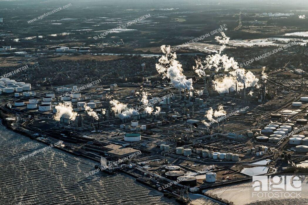 Imagen: Aerial view of an oil refinery in Philadelphia.