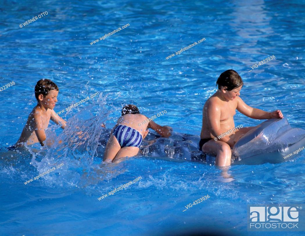 Stock Photo   Freibad, Schwimmbad, Badeanstalt, Kinder Spielen Im Wasser,  Wasserspiele Open Air Swimming Pool, Children Playing In The Water, Water  Games   ...
