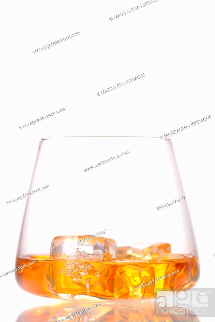 Imagen: Glass of scotch whiskey and ice isolated on white.
