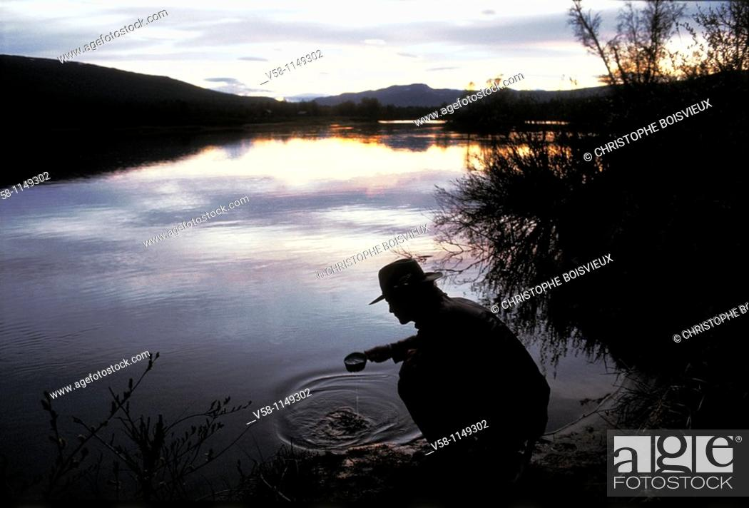 Stock Photo: Sweden, Lapland, Ammarnas region, Man drinking pure water from a river.