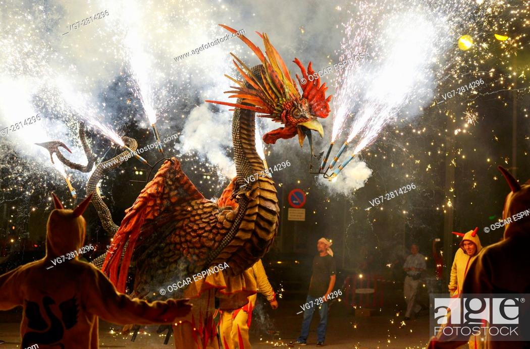 Imagen: Barcelona: Correfoc, typical catalan celebration in which dragons and devils armed with fireworks dance through the streets.