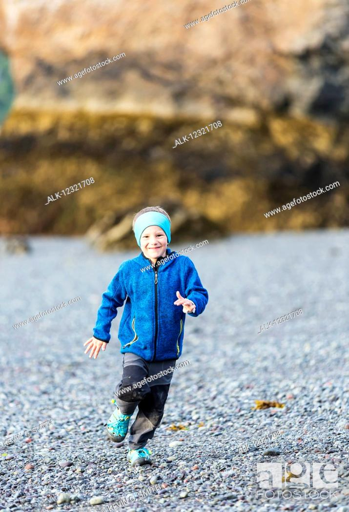Imagen: Young boy running on the beach, Hesketh Island, Southcentral Alaska, USA.