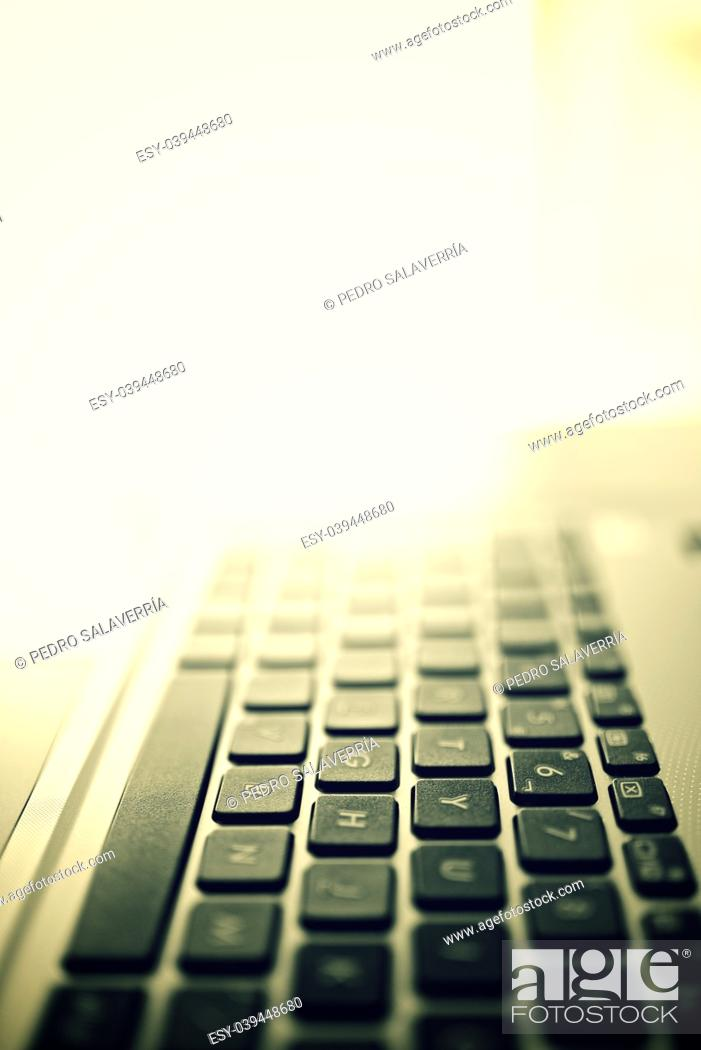Imagen: Forefront of a gray laptop keyboard.