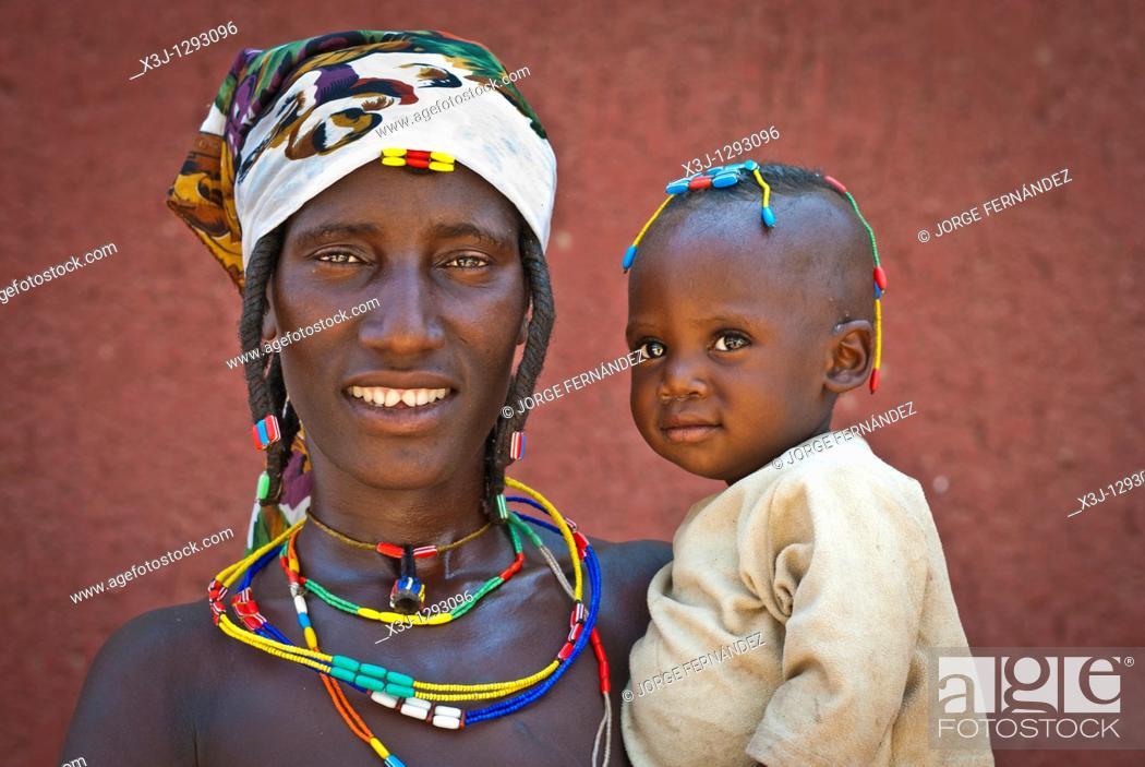 Imagen: Zemba woman with child in, Opuwo a village near Epupa Falls, Kunene, Namibia, Africa.