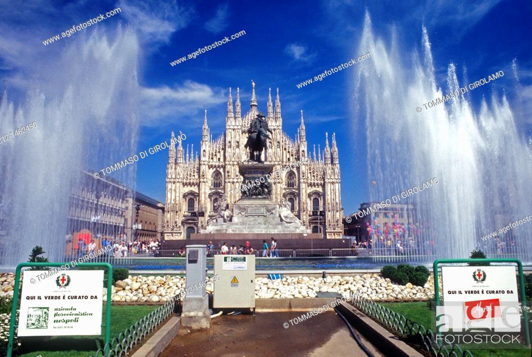Stock Photo: Milano, Duomo square, cathedral.