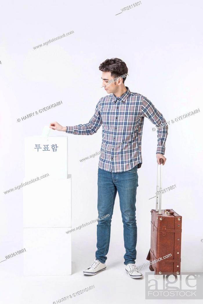 Imagen: Young male traveler taking a vote.
