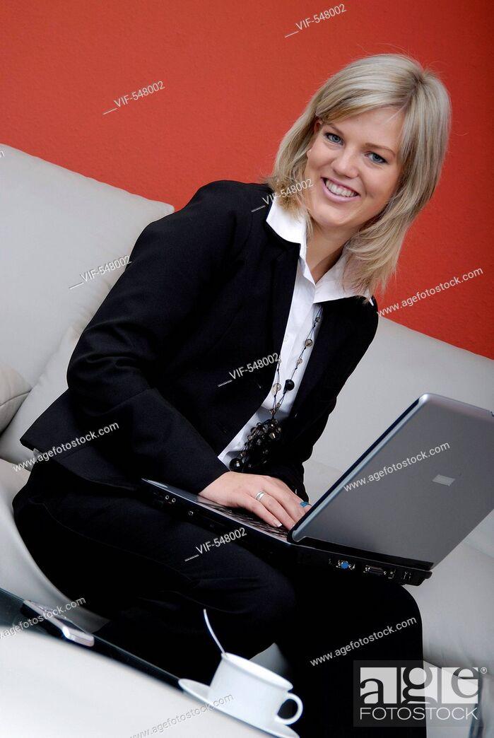 Imagen: Businessfrau mit Laptop. - Niederoesterreich, Ísterreich, 10/09/2007.