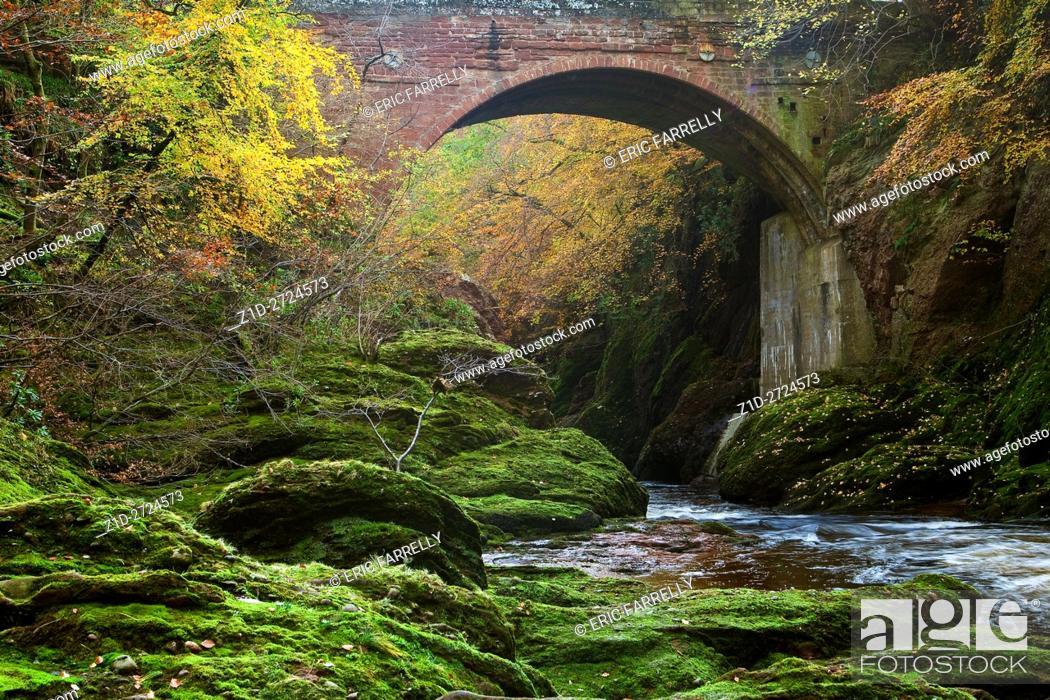 Imagen: River north esk flowing down Glen Esk during Autumn in Scotland.
