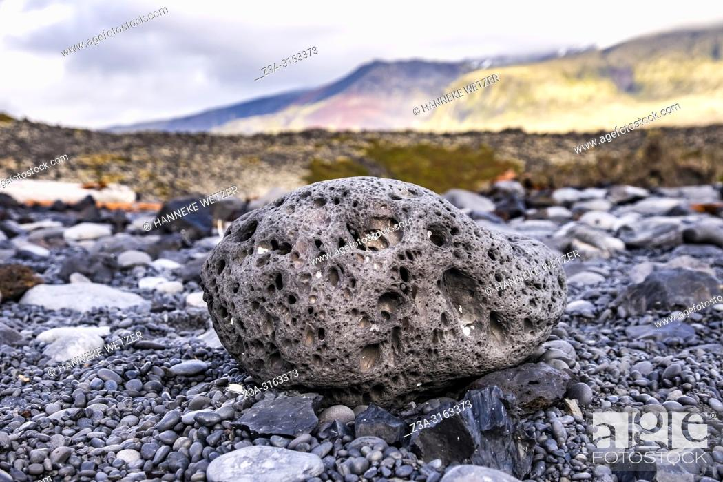 Imagen: Lava rock at the Black Lava Pearl Beach on Snæfellsnes in West-Iceland.