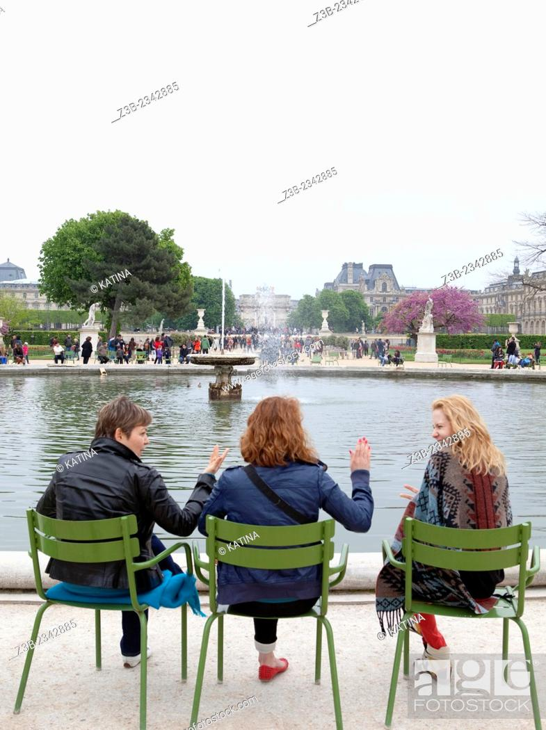 Imagen: Friends relax around a fountain at the Tuileries Gardens (Jardin des Tuileries) in spring, Paris, France, Europe.