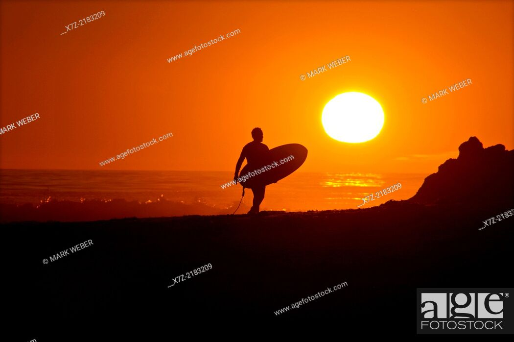 Imagen: Sunset surf session at Campus Point in the Pacific Ocean near Goleta Beach and the city of Goleta in southern California.